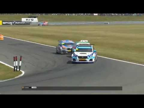 Plato overtake on Ingram at BTCC Snetterton August 2016