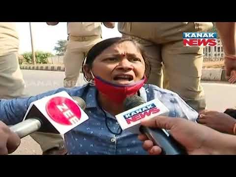 Download Police Pick Up Protestors In Bhubaneswar