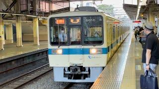 小田急8000形8056+8256編成が通過するシーン