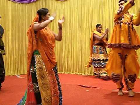 Watch Video Gauri Khan s Crazy Dandiya Dance At Isha Ambani Wedding