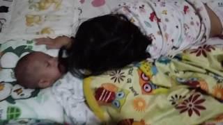 Zee lagi ngelonin adiknya, Anza :) , 6 Februari 2016.