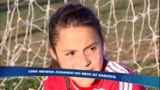 Menina supera preconceito e dá show entre os garotos em time de futebol