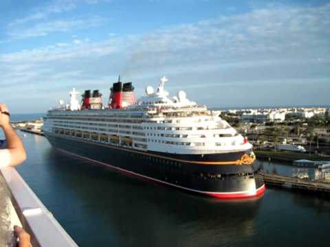 Best cruise ship horn battle!! | FunnyDog.TV