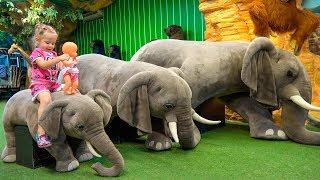 دمية طفل وطفل رضيع يلعب في ملعب داخلي للأطفال