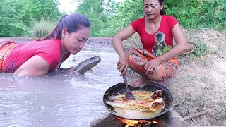 Survival skills: Catch fish in the mud lake for food of survival - Cook fish braised spicy for lunch
