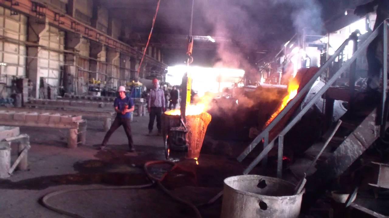 Разливка металла, индукционная печь.