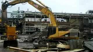 Cat 375L dismantling a Komatsu Track loader