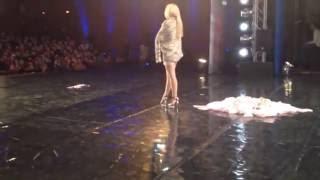 dansatoare porno pe scena la Romanii Au Talent