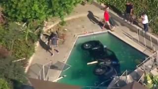 """""""فيديو"""" شاهد سائقة تسقط بسيارتها الفورد ببركة سباحة بمنزل في مدينة سان دييجو في كاليفورنيا"""