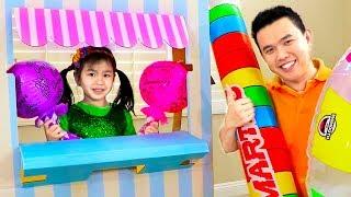 詹妮妮在玩具糖果店-棒棒糖橡皮泥玩具中扮演制糖商