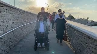 Emiliano inaugura la spiaggia attrezzata per disabili a Bisceglie