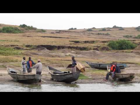 Vissersbootjes op de grens van het Kazinga Channel en Lake Edward