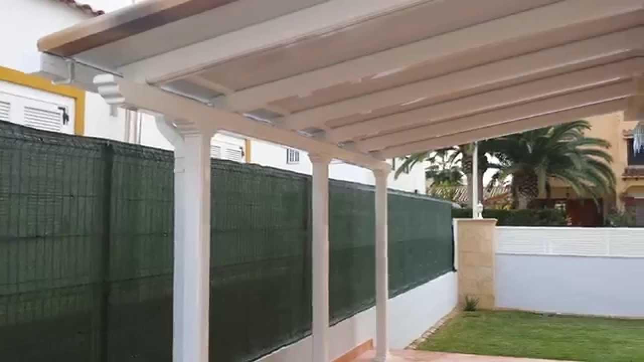 Pergola de aluminio lacada en blanco con terminaciones for Imagenes de tejados de madera