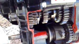 Motor de moto funcionando com vista em corte