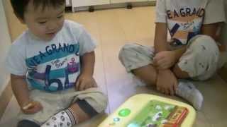 1才9ヶ月と6才2ヶ月、ワールドワイドキッズのプレイボードカードで遊ん...