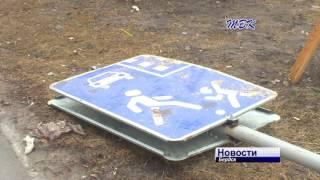 Дорожный знак упал на крышу автомобиля бердчанки(, 2017-04-18T12:41:49.000Z)