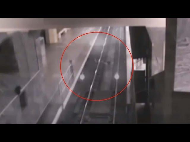 Cámaras de seguridad graban el espeluznante momento en que un tren fantasma entra en una estación