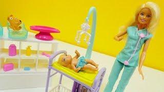 Barbie hat einen Termin beim Kinderarzt - Spielspaß mit Puppen auf Deutsch