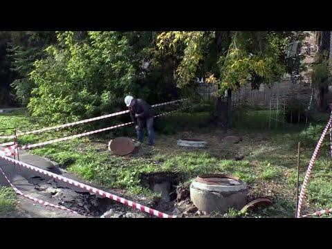 В Новосибирске в яму с кипятком провалилась женщина с двухлетним ребенком.