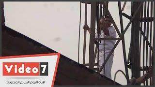 بالفيديو.. لحظة محاولة أمين شرطة الانتحار من أعلى برج لاسلكى بإمبابة