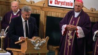 Modlitwa wiernych podczas pogrzebu pi�ciu �o�nierzy Wykl�tych w Ostro��ce