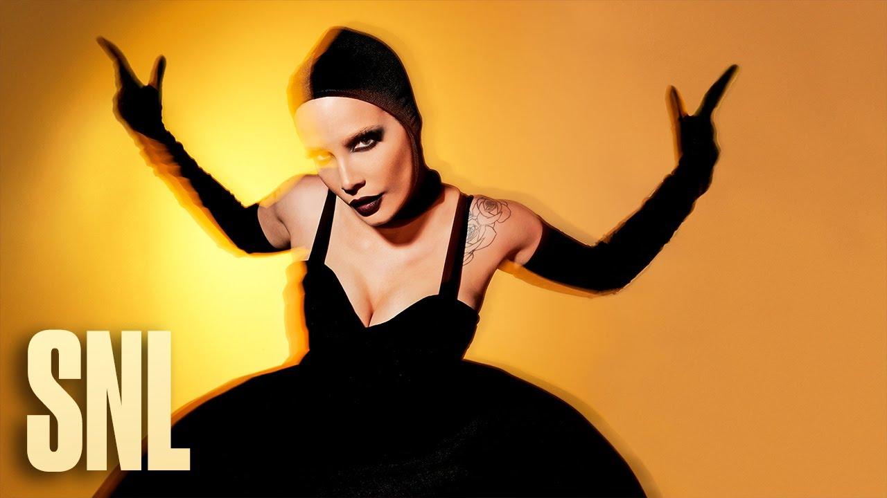Download Halsey: I Am Not a Woman, I'm a God (Live) - SNL