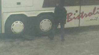 lustiger Versuch:Einen Bus aus dem Schneematsch  ziehen :)