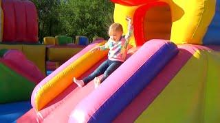Надуваем ЦВЕТНЫЕ мыльные пузыри Развлечение для детей в Саду Победы COLORED bubbles Entertainment