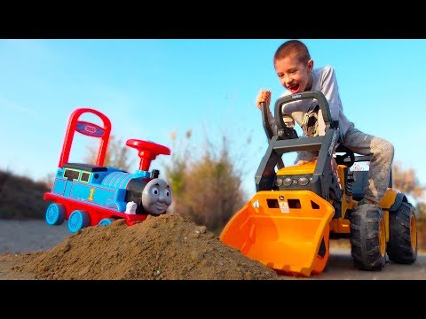Funny Kids Ride on Cars / Kidscoco Club Children Pretend Play in Sand with Thomas Train