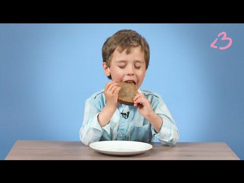 Дети пробуют черный хлеб с подсолнечным маслом и солью