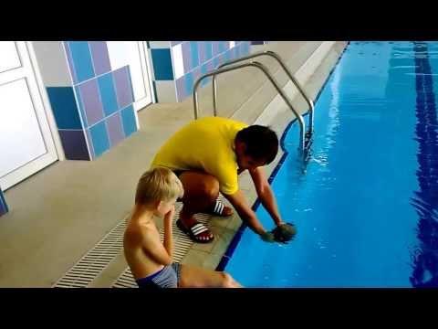 Как правильно одеть шапочку для плавания на ребенка)))