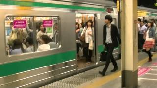 埼京線池袋駅で女性専用車両に乗車する男性客を追い出すために叫び狂う警備員 Ver002 thumbnail