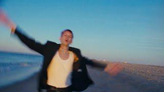 Смотреть клип Gus Dapperton - Bluebird