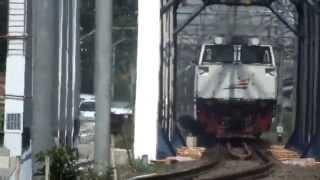 kereta api taksaka melintas langsung pjl 81