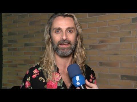 """André Dias se diverte com papel de Groa: """"Acham que sou gringo de verdade"""""""