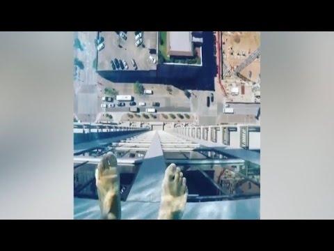 En el centro de Houston (Texas), en el piso 42 del Market Square Tower, a 153 metros de altura, existe una forma de caminar por el vacío...¿Te lo crees?...Pues creetelo porque es real....(no apto para los que padezcan vértigo)