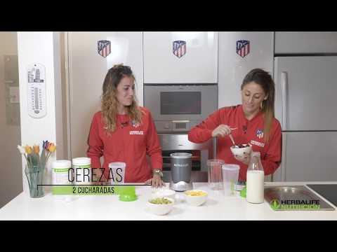 """Esther González y Ángeles Sosas preparan la receta de batido Herbalife """"Queso y cerrezas"""""""