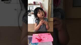 粘土遊びしている娘.