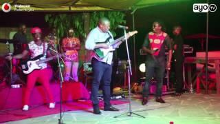 Nape Nnauye akilicharaza Gitaa na kutumbuiza