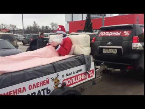 Дед мороз разъезжает по городу на кровати