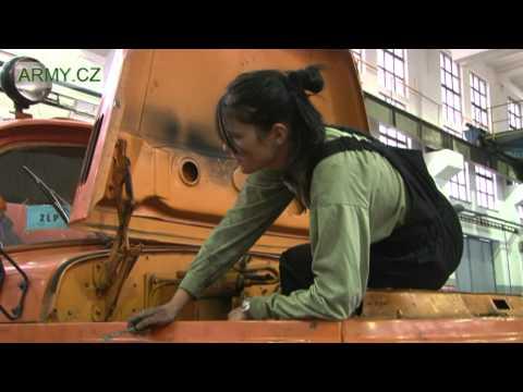 Žena, která voní olejem - vojákyně AČR, která opravuje BVP