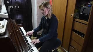 Элина, старшая из папиных дочек, играет нам на фортепьяно