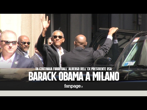 Obama a Milano, in centinaia fuori dall'hotel: l'ex presidente saluta la folla