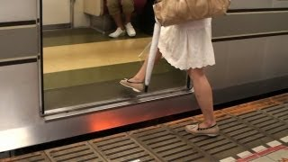 東京メトロ日比谷線六本木駅の線路に女性客が転落しているにも関わらず...