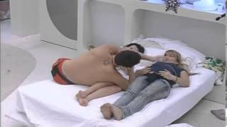 GH12 Terry, Laura y Marcelo pelean de broma 05-01-2011-- - YouTube.flv
