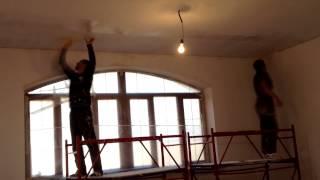 как клеить стеклохолст на потолок и как избавится от вазникновений трещин на потолке(в этом видео я показываю как надо правильно клеить стеклохолст на потолок чтоб в дальнейшей работе не было..., 2014-11-06T23:40:20.000Z)