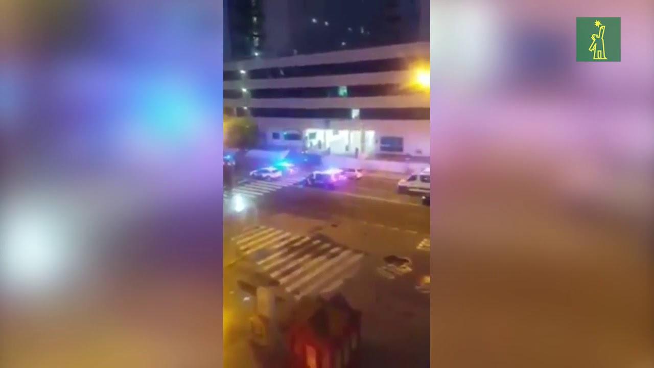 Policías y bomberos animan a médicos de un hospital en España tras el COVID 19