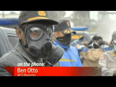 200,000 Evacuated as Indonesia's Mount Kelud Volcano erupts covering cities in ash (FEB 15, 2014)