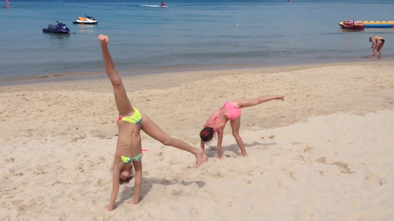 Гимнастика на пляже в Таиланде *Gymnastics on the beach in Thailand*