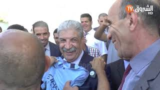 وزير التعليم العالي لمواطن بعد أن أهداه قميص المان سيتي : أنا ما نحبش فرنسا ولكن نحب محرز